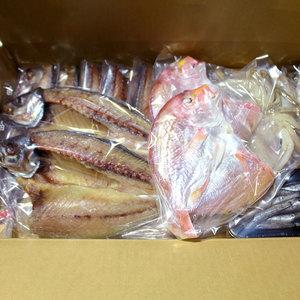 高知県産 おいしい干物セット (アジ開き特大 2枚、鯖塩 3枚、鯖味醂干し 2枚、イカ一日干し 1枚、連子鯛開き 2枚、沖ウルメ若干し 5尾、目光丸干し50g)